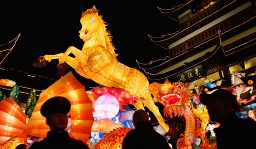 Đèn lồng hình ngựa trong Khu vườn Yuyuan ở thành phố Thượng Hải, Trung Quốc. Ảnh: Reuters.