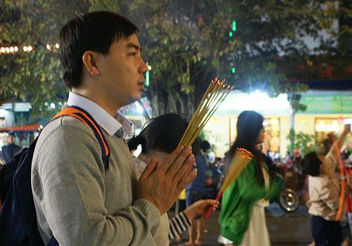 Nhiều người đi chùa thắp hương cầu may mắn trong năm mới