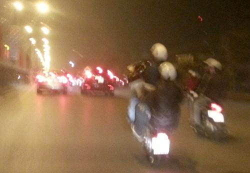 Rạng sáng mùng 1 Tết, sau khi đón giao thừa ở khu vực Hồ Gươm, nhiều thanh niên đi xe máy Draem theo từng tốp di chuyển trên đường Giải Phóng, liên tục đánh võng, chạy với tốc độ cao rồi bốc đầu. Ảnh: Bá Đô