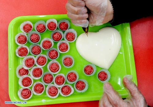 A citizen makes chocolates for Valentine's Day in Shenyang, capital of northeast China's Liaoning Province, Feb. 10, 2014. As the Valentine's Day approaches, various commodities for lovers are welcomed among consumers. (Xinhua/Zhang Wenkui)