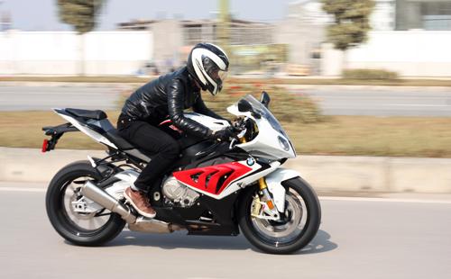 BMW S1000RR là mẫu superbike áp dụng công nghệ hỗ trợ sang số nhanh.