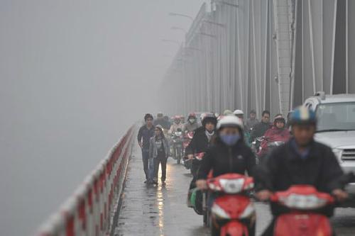 Lưu ý khi đi xe máy trời mưa phùn