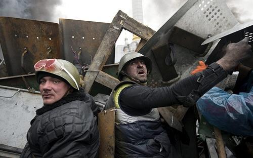 """[Caption] Bộ Ngoại giao Nga lên án mưu toan chiếm chính quyền bằng vũ lực của những kẻ côn đồ càn quấy"""". Moscow yêu cầu thủ lĩnh phe đối lập ở Ukraine chấm dứt gây đổ máu, nhanh chóng khôi phục đối thoại với chính quyền hợp pháp, và tuyên bố """"sẽ vận dụng toàn bộ ảnh hưởng để nền hòa bình và sự bình yên được vãn hồi."""