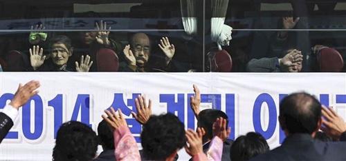 Sau khi lên những chiếc xe, những người cao tuổi Hàn Quốc vẫy tay để chào thân nhân Triều Tiên của họ. Nhiều người còn viết lên cửa kính những thông điệp, hay xếp hai bàn tay lại thành hình trái tim.