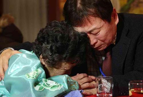 Kim Young-Bok (R) of South Korea bids farewell to his sister Kim Myung-Ja (L). AFP Photo/Yonhap