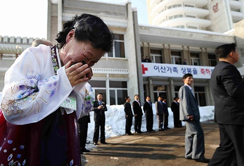 Lim Tae-Wook of North Korea sobs as she leaves her South Korean older brother. Photo by Lee Ji-Eun/EPA/South Korea Out