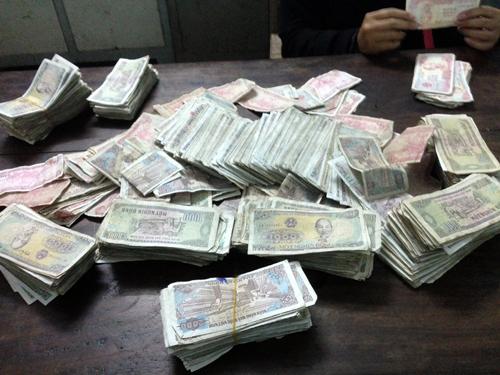 Nữ sinh đi bồi thường bằng 1.600 tờ tiền lẻ