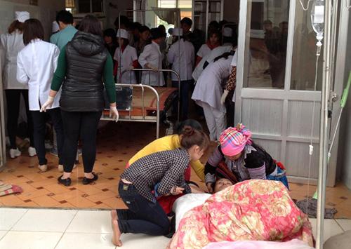 Hơn 30 người bị thương được đưa vào bệnh viện Tam Đường cấp cứu. Ảnh: Sơn Thủy
