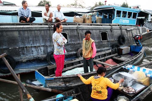 Nhịp sống năng động ở chợ trên sông thể hiện thể hiện qua những chiếc ghe nhỏ bán thức ăn, cà phê thậm chí cả đồ nhậu nhen lỏi trong chợ, phục vụ nhu cầu của tất cả mọi người