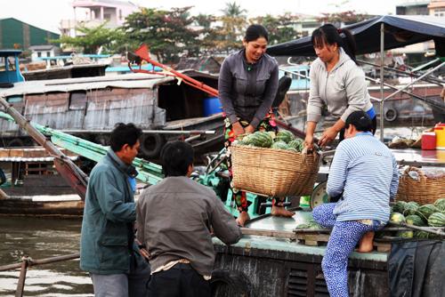 Nông sản miền Tây Nam Bộ Giờ này cũng là lúc chợ nổi sôi động nhất, cả khu chợ như phình to ra, lấn gần hết cả lòng sông. Mọi thứ âm thanh bắt đầu rối loạn nào thì tiếng máy nổ, nào thì tiếng chèo khua nước, tiếng sóng vỗ òm oạp vào mạn thuyền rồi tiếng cười nói, tiếng người mua kẻ bán, tất cả tạo nên một sự sô bồ và sầm uất không kém gì những khu chợ trên cạn.
