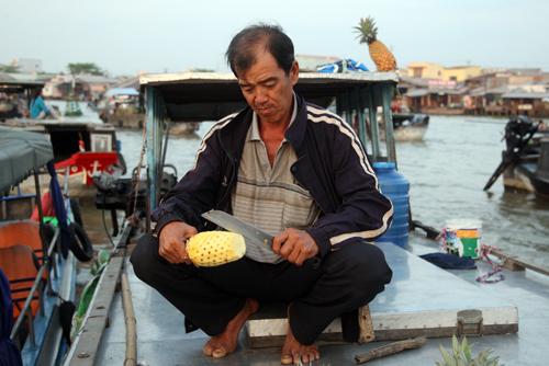 Du khách cũng được thưởng thức những trái cây tươi ngon và rẻ ngay trên ghe.