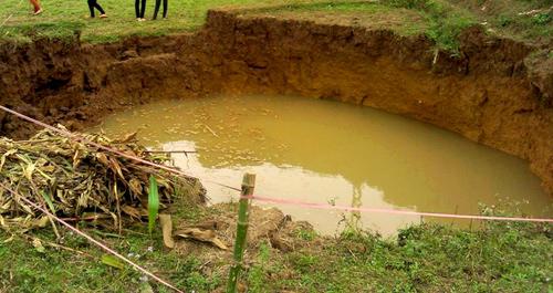 'Hố tử thần' đầu tiên xuất hiện ở giữa cánh đồng thôn Khi, rộng cả chục mét.Ảnh: Sơn Dương