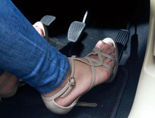 Thói quen xấu của phụ nữ khi lái xe
