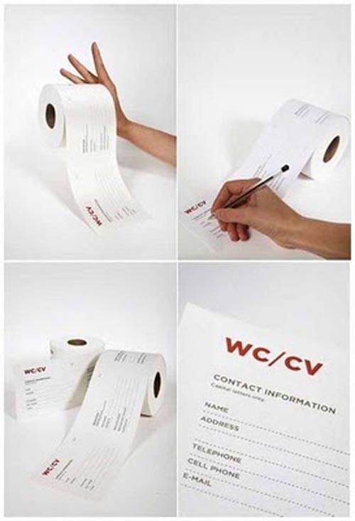 Giấy cuộn ở WC công cộng, giúp bạn tận dung cơ hội viết CV xin việc mọi lúc mọi nơi.