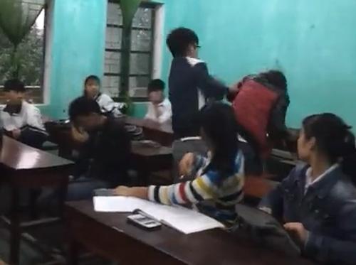 Mâu thuẫn tình cảm, nam sinh đánh bạn gái trong lớp học