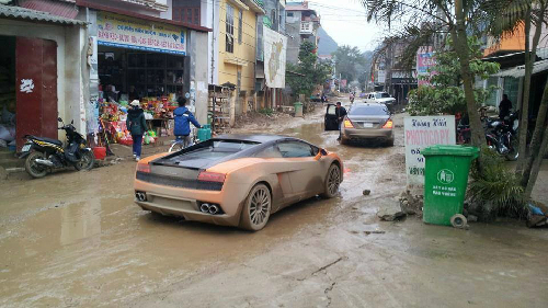 Video:Siêu xe Lamborghini lấm lem bùn đất ở Việt Nam