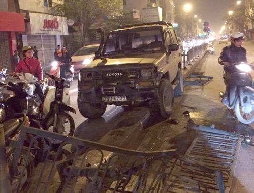 Chiếc xe tháo chạy được hơn 1km thì lao lên dải phân cách trên đường Tôn Đức Thắng.Ảnh: Fb