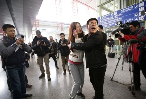 Người thân nín thở chờ tin máy bay Malaysia mất tích