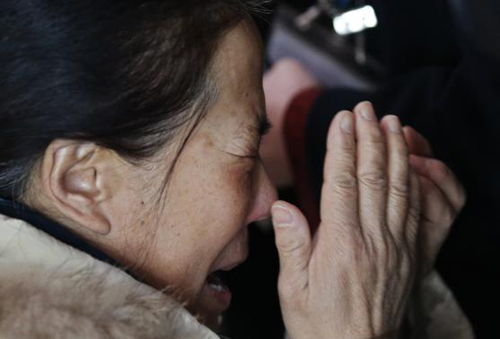 [Caption]A relative of a passenger onboard Malaysia Airlines flight MH370 cries at the Beijing Capital International Airport in Beijing March 8, 2014.