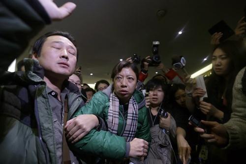 Người nhà hành khách máy bay mất tích đau khổ, tức giận