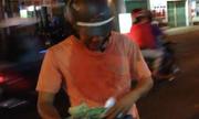 Video hot nhất cộng đồng: Đám đông lao ra đường nhặt xấp tiền 500.000