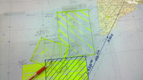 Bản đồ đánh dấu vùng bay mới. Hình chữ nhật đứng là vùng bay cuảVN (bên trong có 1 đường kẻ nhỏ là ranh giới vùng cũ). Ô vuông nằm nghiêng là vùng bay của Singapore. Vị trí ngòi bút đỏ là vùng nghi vấn dầu loang. Vùng kẻ sẫm chùm điểm nghi vấn là vùng tìm kiếm của VN ngày 9/3.
