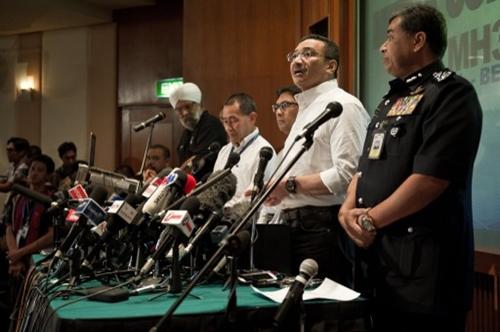 Bộ trưởng Quốc phòng kiêm Quyền Bộ trưởng Giao thông Malaysia Hishammuddin Hussein (thứ hai từ phải sang) trả lời câu hỏi của phóng viên