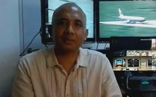 Cơ trưởng MH370Zaharie Ahmad Shah và hệ thống mô phỏng máy bay tại nhà. Ảnh:Facebook