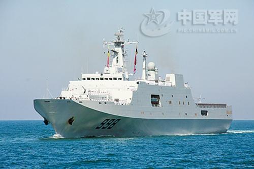 Tàu đổ bộ Kunlunshan, một trong những tàu Trung Quốc đang tham gia tìm kiếm MH370 ở vùng biển gần đảo Sumatra, Indonesia.