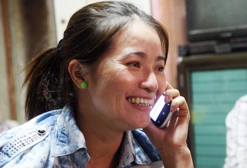 Trong hai ngày qua, chị Hồng liên tục nhận chia sẻ niềm vui từ nhiều người thân ở quê. Ảnh: An Nhơn