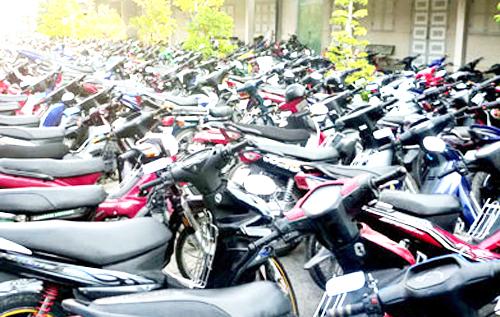Cảnh sát chặn đoàn 'bão đêm', thu gần 200 xe máy