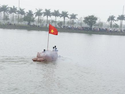 Con tàu tăng tốc và di chuyển nhịp nhàng trên mặt hồ.