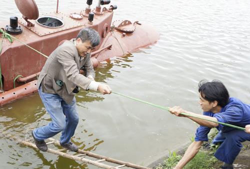 Ông Hòa, người chế tạo tàu ngầm lên bờ.