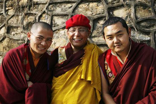 c-Phap-Vuong-va-hai-Nhi-p-2237-139606462  Đức Pháp vương Gyalwang Drukpa la ai???? c Phap Vuong va hai Nhi p 2237 1396064624