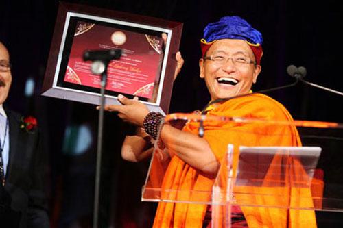 phap-vuong-10-live-to-love-2399-13960646  Đức Pháp vương Gyalwang Drukpa la ai???? phap vuong 10 live to love 2399 1396064624
