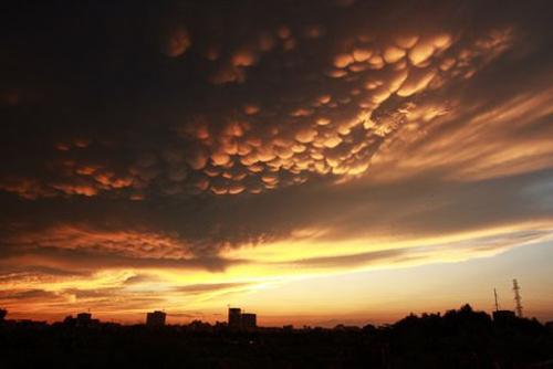 Đám mây kỳ thú trên bầu trời Hà Nội vào tháng 8/2009.  sau cơn mưa lớn, những tảng mây muôn màu, tầng tầng lớp lớp bỗng xuất hiện trên bầu trời thủ đô . Hiện tượng thiên nhiên kỳ thú khiến nhiều người ngỡ ngàng và thích thú.