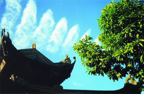 Vài 8h rạng sáng ngày 1/9/1989, các quan viên từ đền Đô về Hà Nội nhân Ngày hội non sông người ta đã bắt gặp những vầng mây lạ trên bầu trời. Tác giả của những bức ảnh mây này là ông Nguyễn Đức Thìn, 1 nhiếp ảnh gia nghiệp dư.
