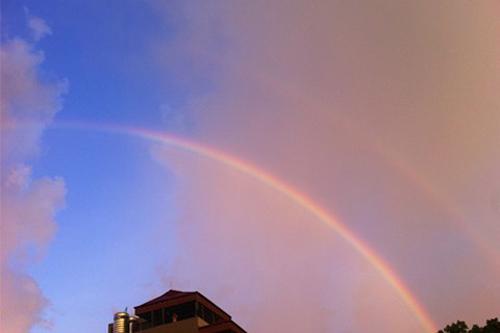 Cũng trong tháng 7/2012,ên bầu trời Hà Nội xuất hiện cầu vồng đôi và những áng mây rực rỡ sắc màu tuyệt đẹp.