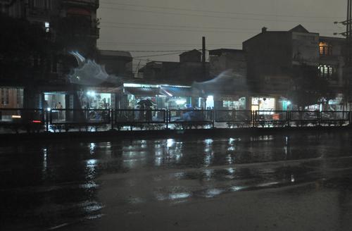 Hôm nay, đang 9h sáng nhưng người dân ở khu vực Hòn Gai, TP Hạ Long (Quảng Ninh) vẫn phải bật đèn để sinh hoạt và kinh doanh do bâu tròi tối sầm xuống. Nguyên nhân được xác định là do