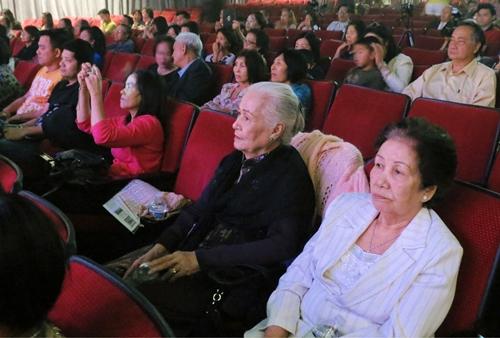 Khán giã đến xem gần chật hết rạp hát .