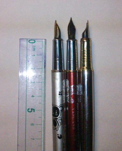 Dùng thước kẻ đo độ dài mép trong của cổ bút nơi tay chúng ta thường cầm bút để viết. Hầu hết các loại cổ bút mực cho các bé đều có độ dài khoảng 2 cm.
