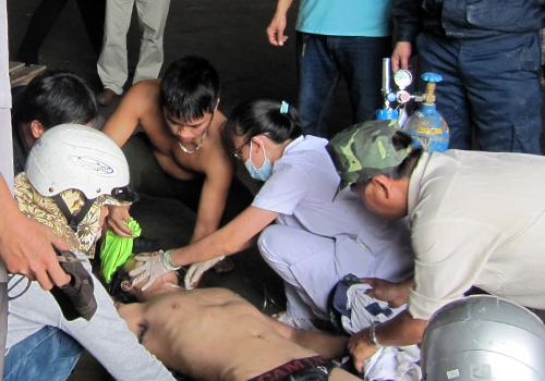 Những nạn nhân được sơ cứu tại chỗ trước khi được chuyển vào bệnh viên Trung ương Huế cấp cứu. Ảnh: N.V