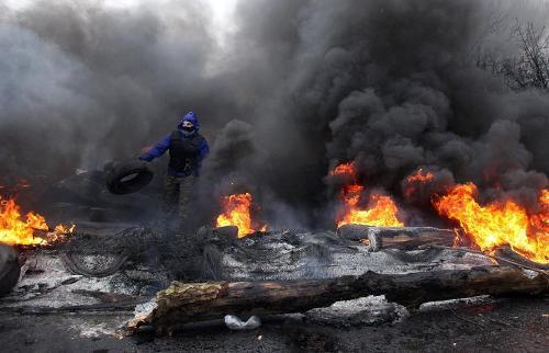 Các nhân viên an ninh Ukraine tiến hành trấn áp người biểu tình. Ảnh: AFP