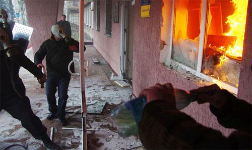 Những người biểu tình mang mặt nạ chống độc và bom xăng tấn công vào tòa nhà của lực lượng an ninh ở thành phố miền đông Gorlovka hôm qua. Ảnh: AFP