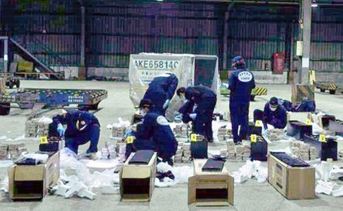 Ba nghi phạm buôn 600 bánh heroin qua Tân Sơn Nhất bị khởi tố