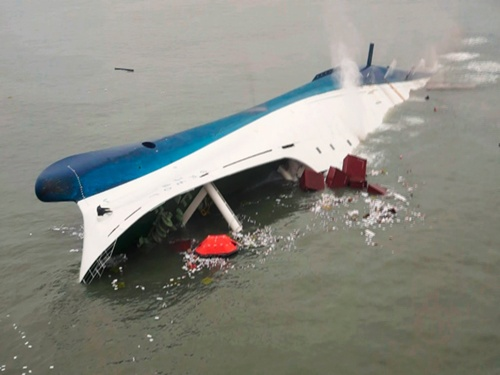 Phà Sewol chìm dần ngoài khơi đảo Jindo, tây nam Hàn Quốc hôm 16/4. Ảnh: Reuters