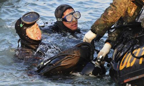 Thợ lặn tích cực thực hiện việc tìm kiếm trong sự đồng cảm và đau xót suốt nhiều ngày qua. Ảnh: Reuters