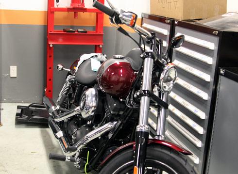Harley-Davidson Street Bob Special là một mẫu xe được tùy chỉnh với tay lái được kéo về theo phong cách Bobber.