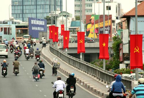 Cờ đỏ sao vàng tung bay trên những tuyến đường, những cây cầu của thành phố.