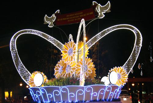 Điểm nhấn của con đường là giỏ hoa hướng dương khổng lồ sau lưng nhà thờ Đức Bà với ý nghĩa kết tinh sức mạnh thành công dưới sự lãnh đạo của Đảng và Nhà nước.